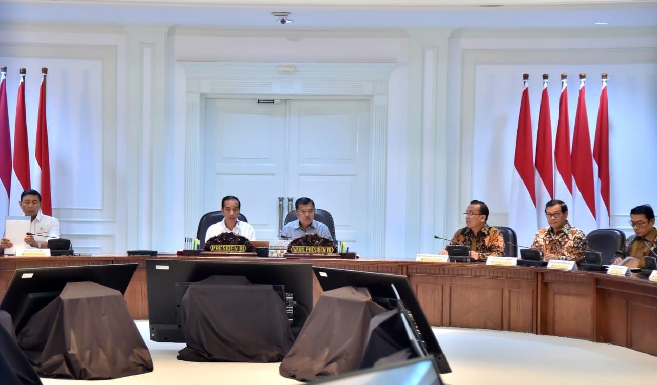 PIMPIN RATAS | Presiden Joko Widodo didampingi Wakil Presiden Jusuf Kalla memimpin rapat terbatas di kantor Preisden, Jakarta membahas terkait pencegahan dan penanggulangan terorisme di Indonesia, Selasa (22/5/20128). Photo : Presidenri.