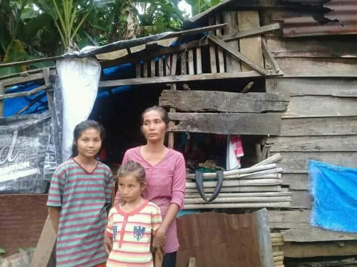Muna bersama dua anaknya di depan rumah yang ditempatinya. Foto : S3 Lintau
