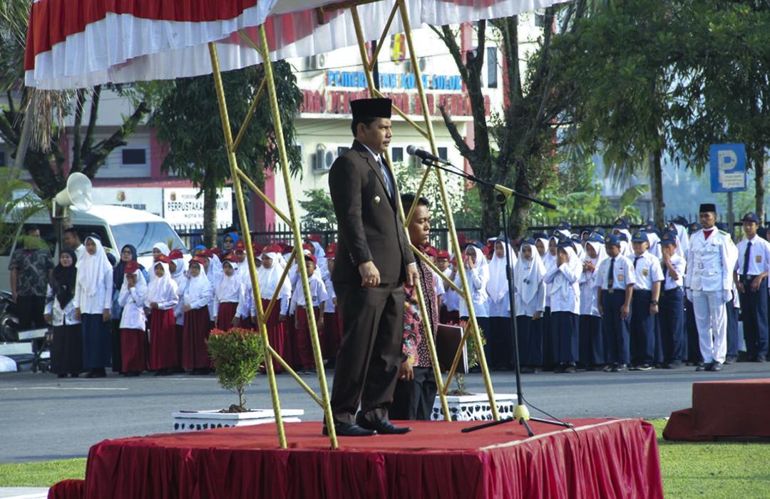 Wawako Solok Reinier bertindak sebagai pembina upacara pada Peringatan Hardiknas 2018 di Balaikota Solok