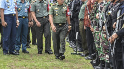 Danrem 032/Wirabraja Brigadir Jenderal TNI Mirza Agus melakukan pengecekan pasukan saat apel gabungan pengawasan dan pengamanan Presiden RI Joko Widodo selama di Sumbar. Minggu (20/5/2018). Photo : IG-@tanharimage.