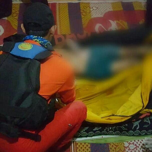 Tim SAR gabungan mengevakuasi jenazah korban dan membalutnya dengan kantong mayat, kemudian membawa jenaza ke rumah duka dengan mobil rescue dmax. Kamis (21/6/2018) Photo : Basarnas Padang.