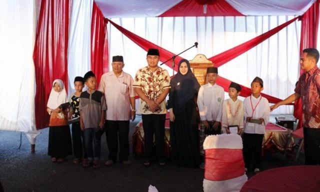 Bupati Dharmasraya, Sumatera Barat (Sumbar) Sutan Riska Tuanku Kerajaan didampingi Ny Dewi Sutan Riska berfoto bersama dengan anak yatim. Photo : Istimewa.