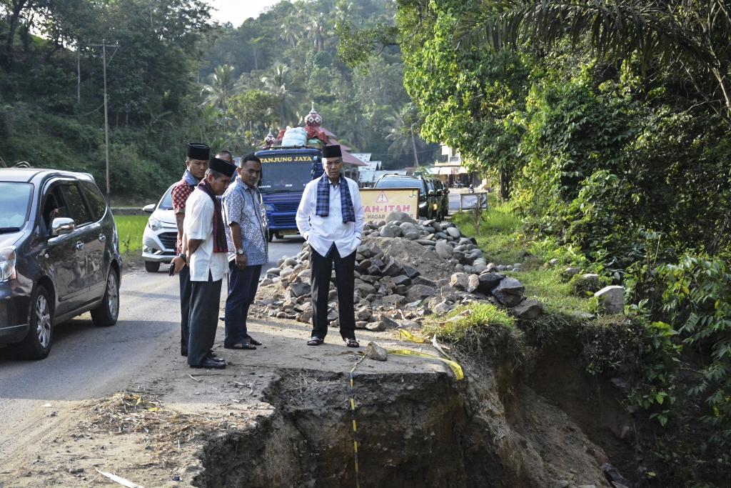 Bupati Tanah Datar, Sumatera Barat Irdinansyah Tarmizi saat mengecek ruas jalan yang amblas