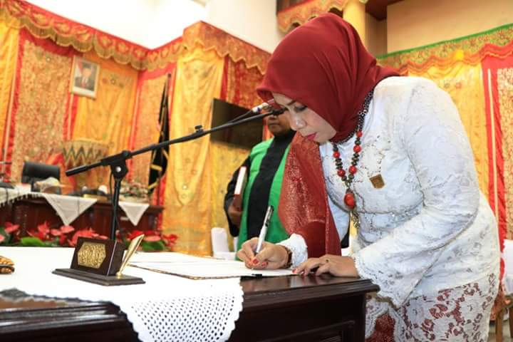 Fitri Nora saat rapat sidang Paripurna Istimewa di DPRD Pariaman, Sumbar, Jumat (29/6/2018).