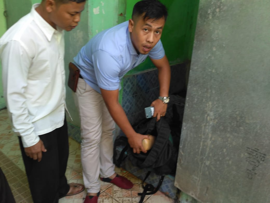 Warga Koto Baru, Kecamatan Kubung, Kabupaten Solok digegerkan dengan penemuan 8 Kilogram ganja di toilet sekolah, Kamis (31/5/2018).