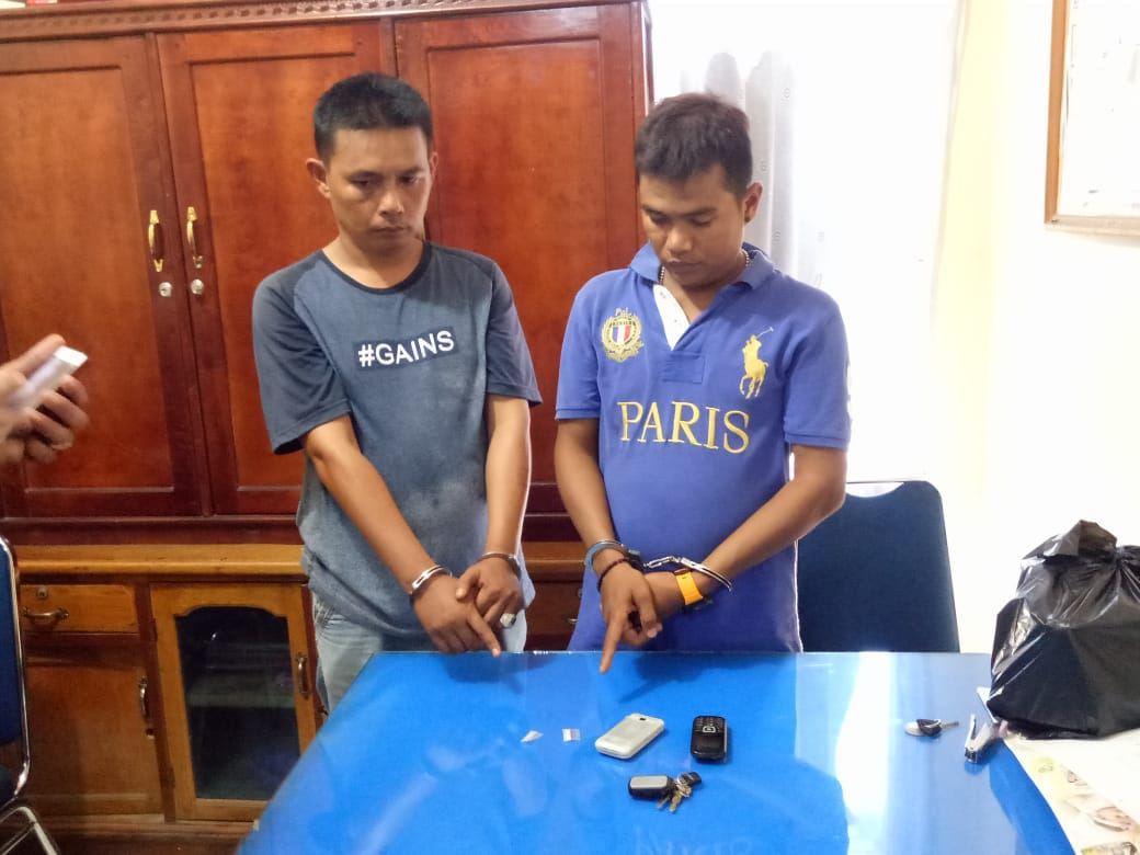 Kedua pelaku bersama barang bukti setelah ditangkap Satresnarkoba Polres Solok Arosuka dan BNNK Solok, Kamis (6/6/2018). Photo : Fernandez