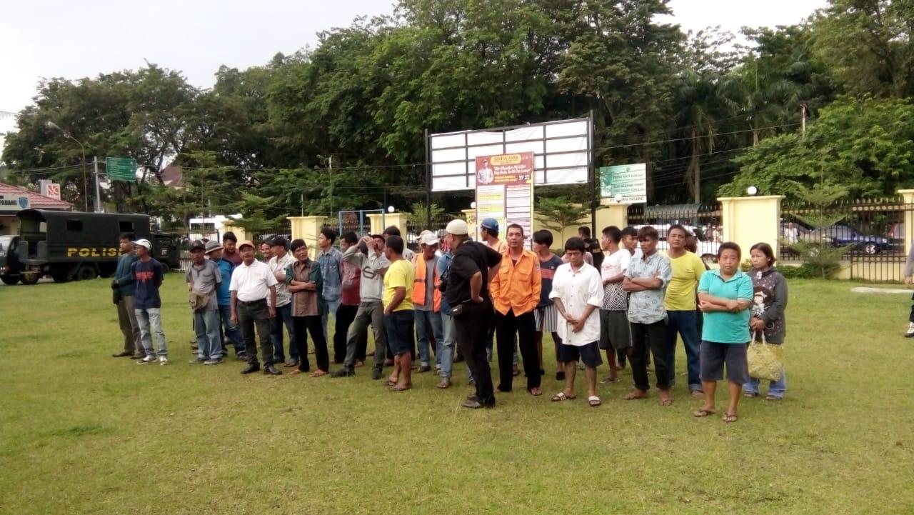 warga yang diamankan tim saber Pungli saat di Mapolresta Padang