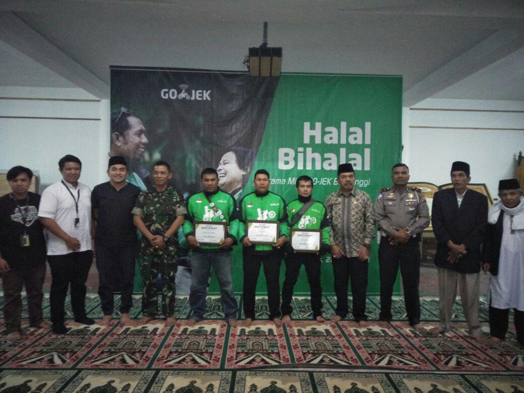 Para mitra Gojek berfoto bersama manajemen Gojek usai dapat penghargaan di Bukittinggi, Kamis (28/6/2018). Foto : Putri Caprita