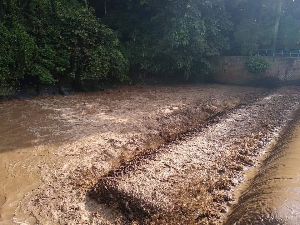 Debit air tinggi, pekat membuat Warga Jorong Lurah Ampang Nagari Pasie Laweh Kecamatan Sungai Tarab, Kabupaten Tanah Datar, Sumbar cemas, Jumat (29/6/2018).