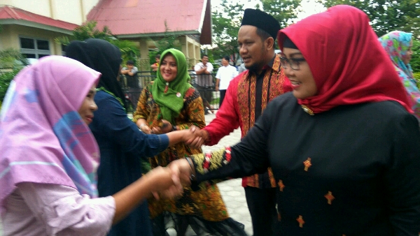 Ketua DPRD Padang, Elly Thrisyanti saat memberikan bantuan usaha produktif kepada warga di halaman kantor Camat Lubuk Begalung, Kota Padang, Sumatera Barat (Sumbar).