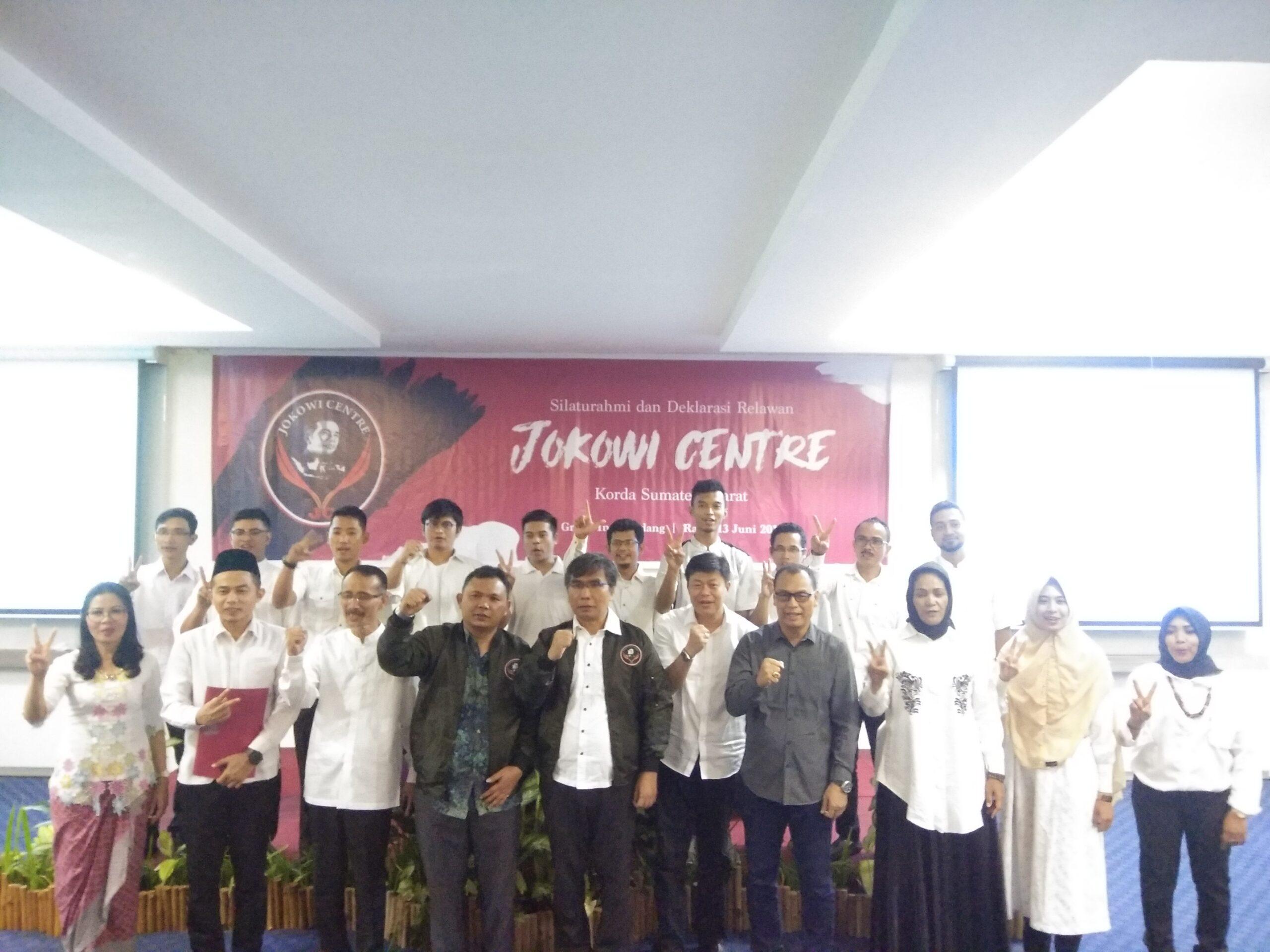 Relawan Jokowi Center dan Dewan Pembina berfoto bersama usai pelantikan. Foto : Hijrah Adi Sukrial