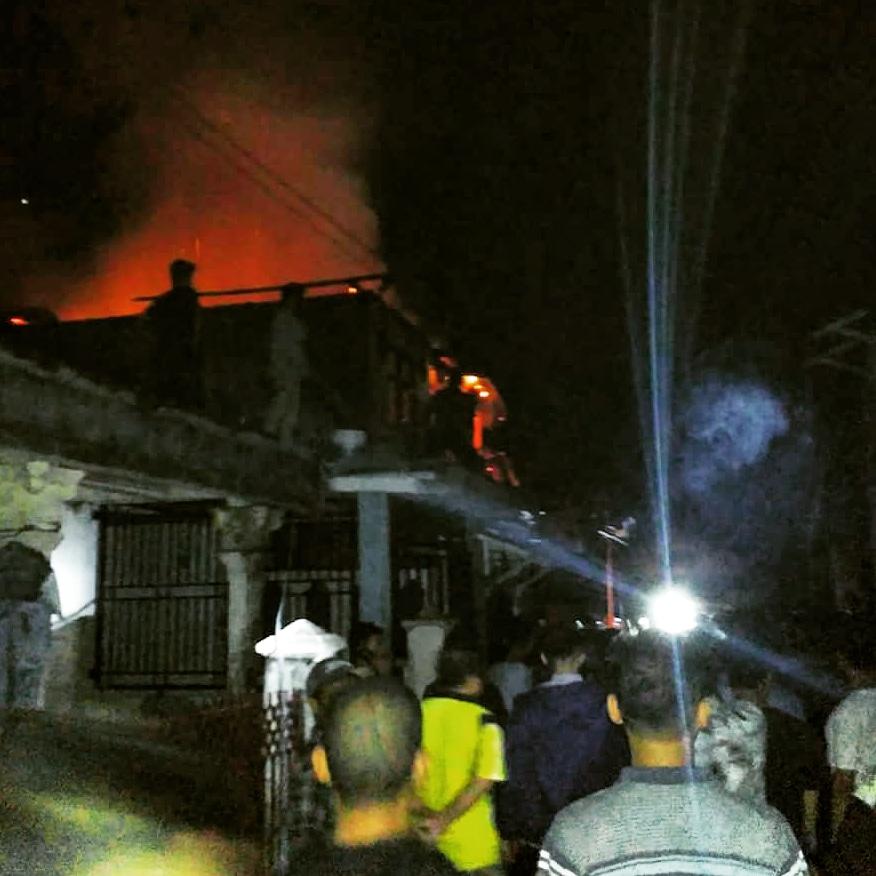 Petugas pemadam kebakaran Kota Padang berhasil menjinakan api yang melalap dua unit rumah di Jalan Apel 6, Perumnas Belimbing, Kecamatan Kuranji, Kota Padang, Sumatera Barat, Senin malam (18/6/2018) photo : Habdul
