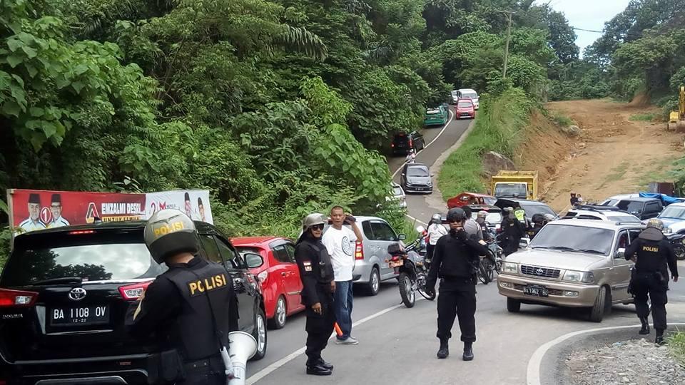 Jalan menuju Pantai Air Manis, Kota Padang, Sumatera Barat. Photo Syukri.