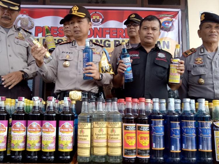 Kapolres Padang Pariaman, Sumbar, AKBP Rizki Nugroho menunjukan barang bukti tangkapan pasca lebaran Idul Fitri 1439 H, Kamis (21/6/2018)