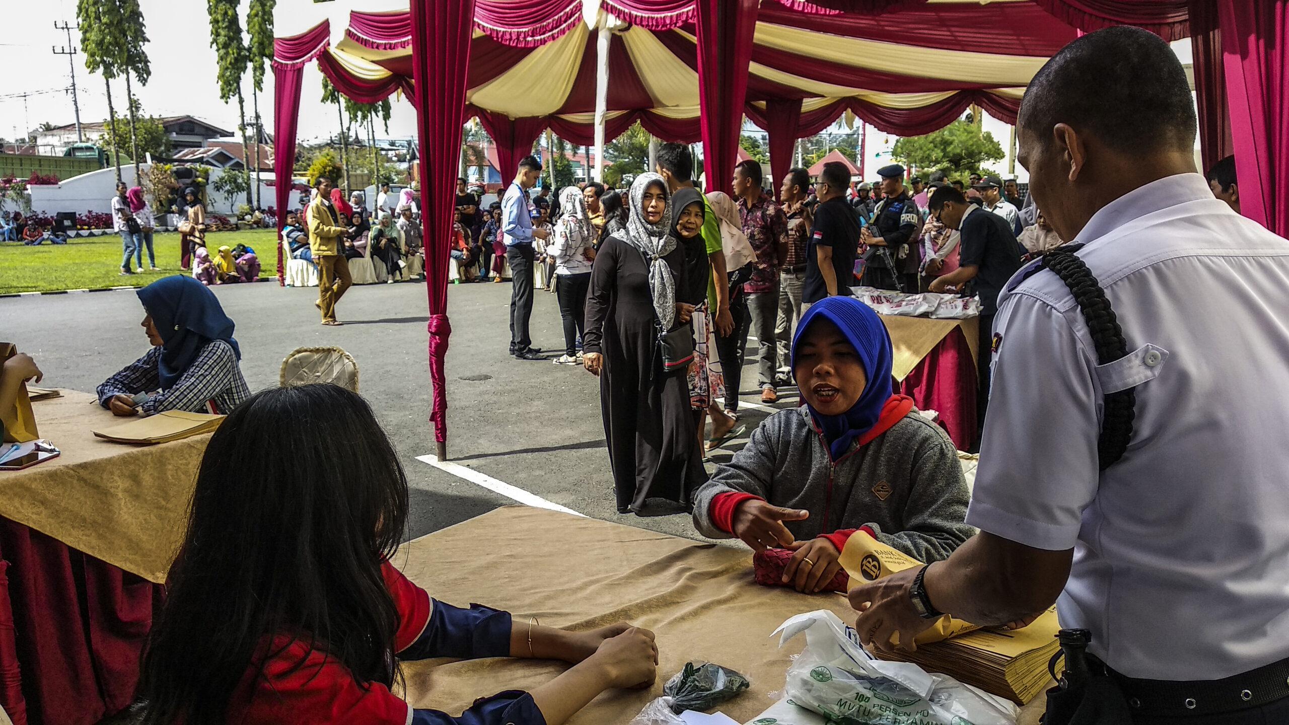 Ribuan masyarakat Solok dan sekitarnya melakukan penukaran uang pecahan baru di Balaikota Solok, Sumatera Barat, Sabtu (9/6/2018). Photo : Fernandez