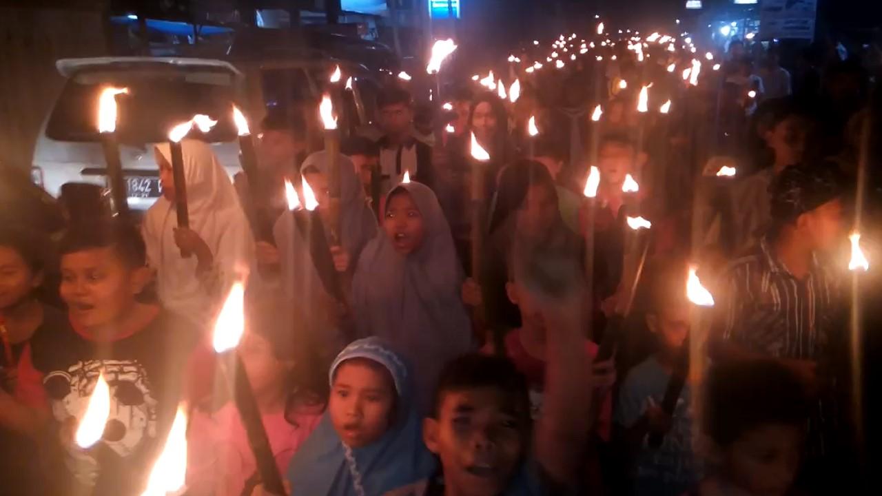 Ribuan warga di Sungayang, Kecamatan Sungayang, Sumatera Barat arak-arakan membawa obor mengitari kampung sambut lebaran 2018