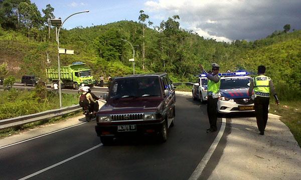 Polisi Lalulintas aat mengatur arus di jalur lintas Riau-Sumbar.
