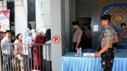 Puluhan personel dari Mapolresta Padang berjaga-jaga dan melayani ribuan keluarga warga binaan Lembaga Pemasyarakatan (Lapas) Muaro Kelas IIA Padang, Sumbar yang hendak membezuk anggota keluarga. Photo : @tanharimage