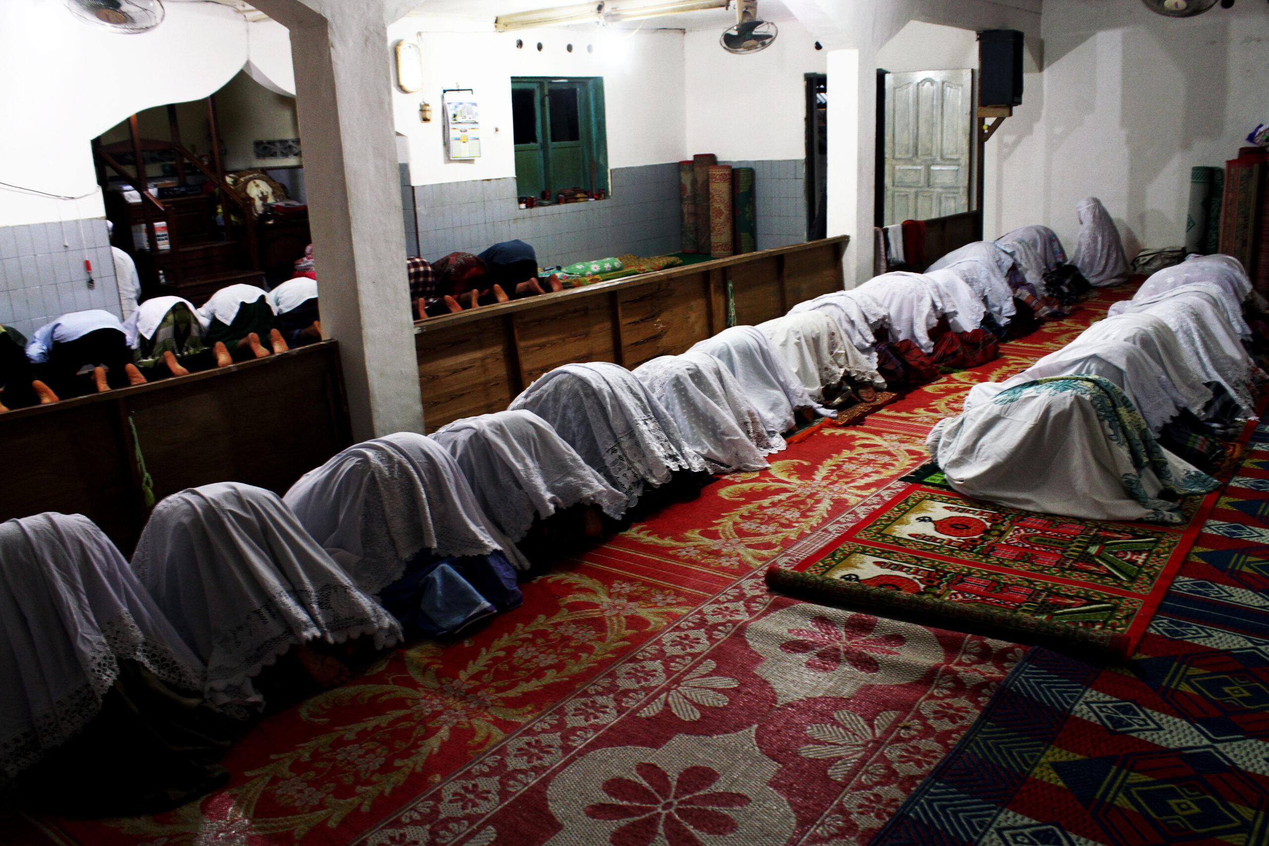 Jamaah tarekat Naqsabandiyah di Padang, Sumatera Barat salat tarawih awal Ramadan 1439 hijriah/2018 masehi di Mushala Bai'tul Makmur, Pauh Lima, Kota Padang, Sumatera Barat (Sumbar). Dokumen : IG @tanharimage.