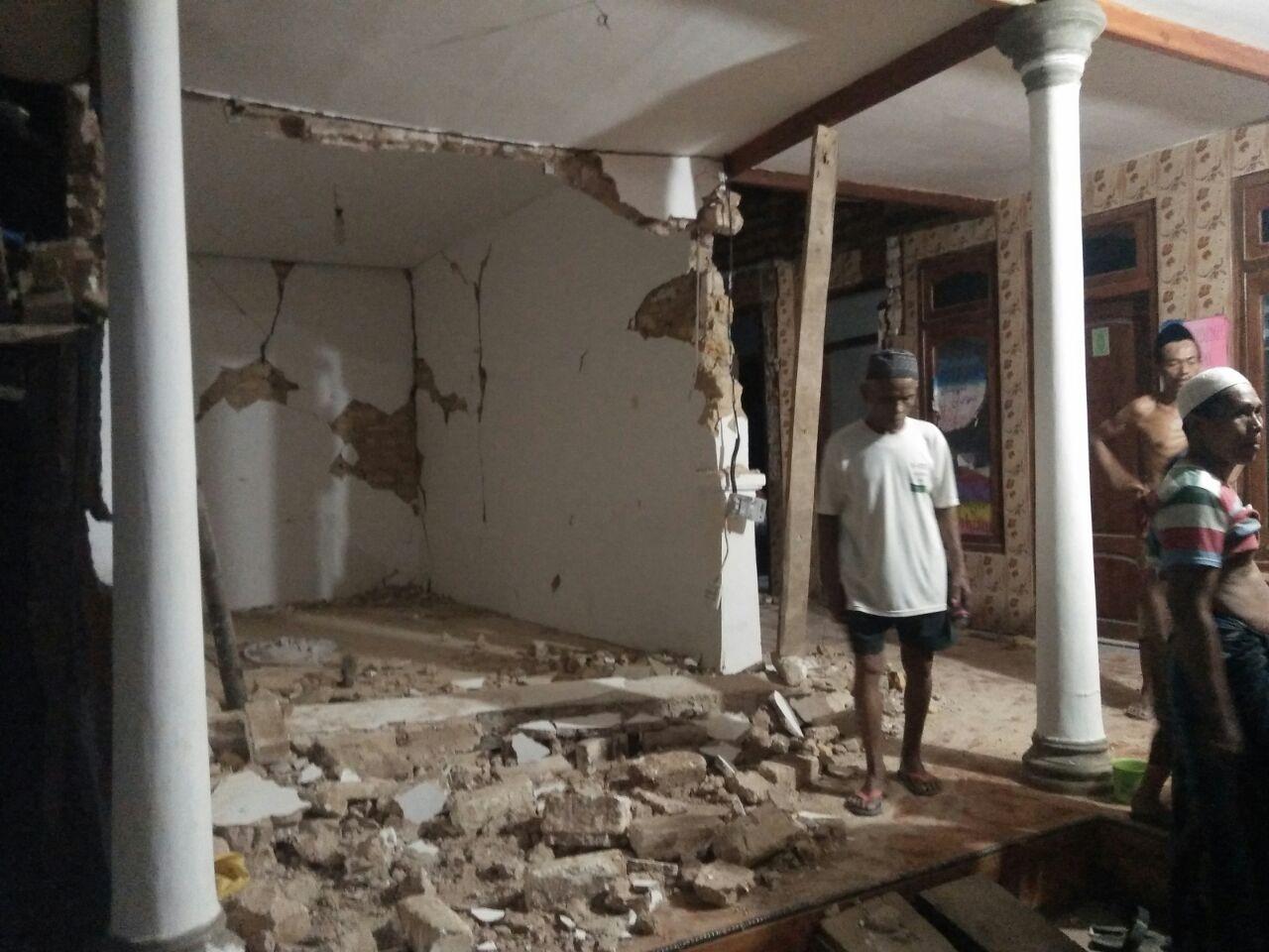 `Reruntuhan bangunan rumah milik warga yang terdampak gempa bumi di Sumenep, Jawa Timur, Rabu (13/6/2018). Photo : istimewa.
