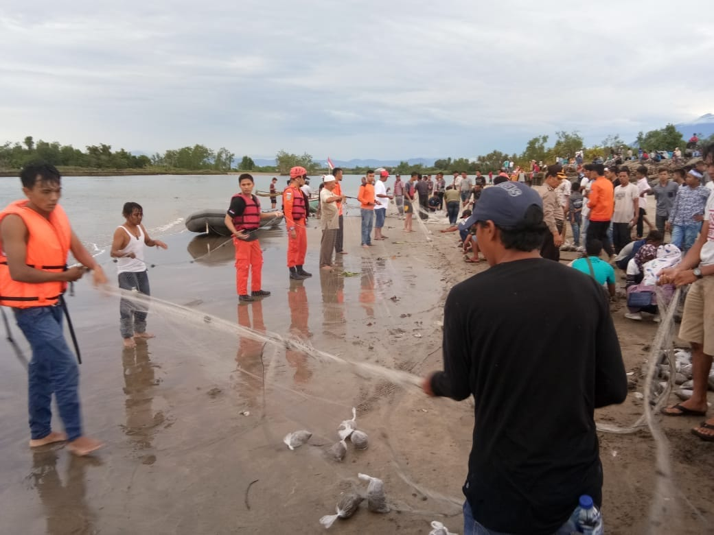 Anggota Basarnas mempersiapkan peralatan untuk pencarian korban yang terseret gelombang laut di Muaro Sasak, Kabupaten Pasaman Barat, Sumbar. Senin (18/6/2018). Photo : Tim Basarnas