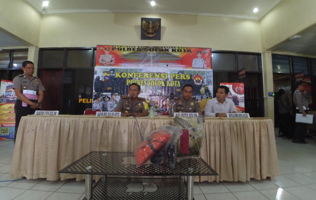 Konferensi pers rilis data seputar Operasi Ketupat tahun 2018 diwilayah hukum Polres Solok Kota, Senin 25 Juni 2018. Foto : Fernandez