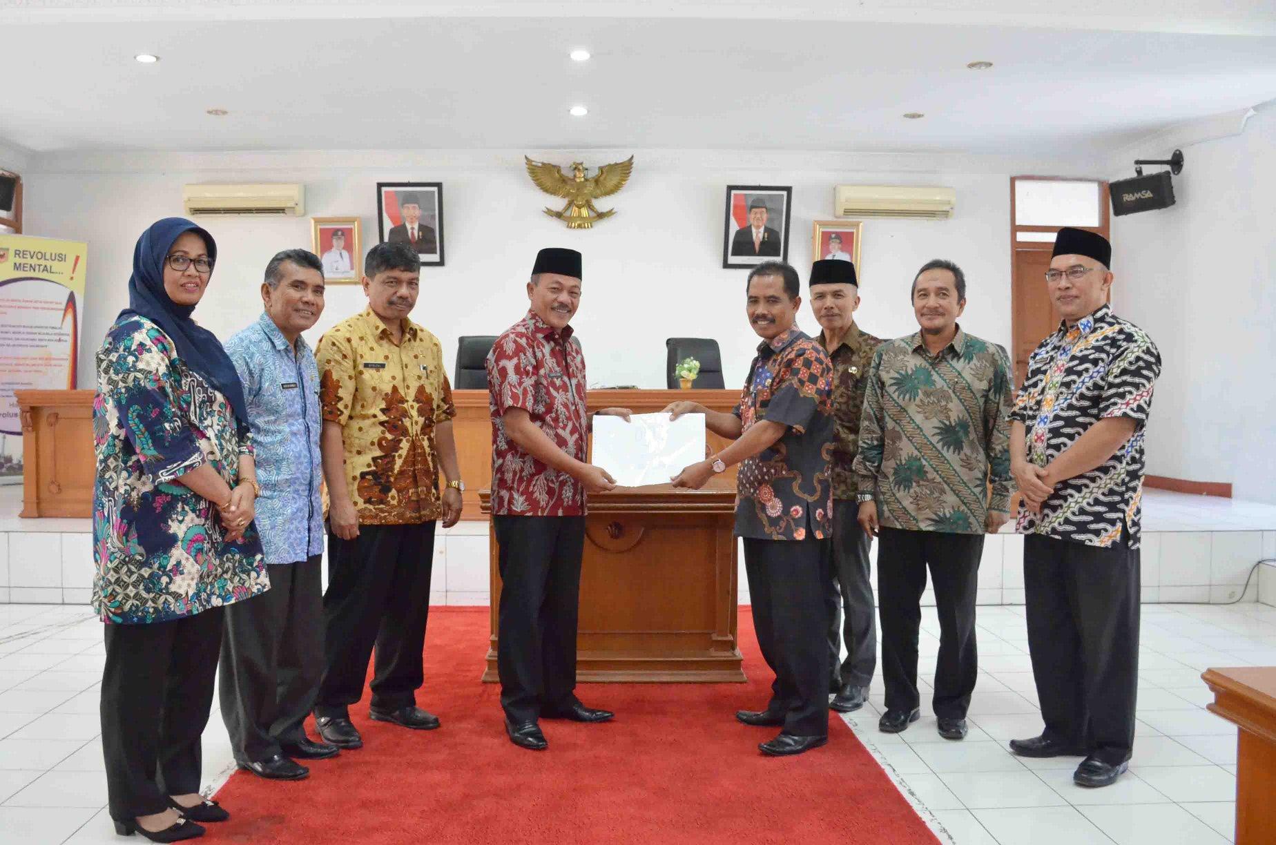 Wabup Tanah Datar Zuldafri Darma menyerahkan SPPT PBB-P2 dan DHKP Kabupaten Tanah Datar tahun 2018