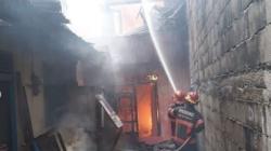 Petugas Damkar berusaha memadamkan api saat kebakaran di Jalan Damar, Kota Padang. Foto : Istimewa