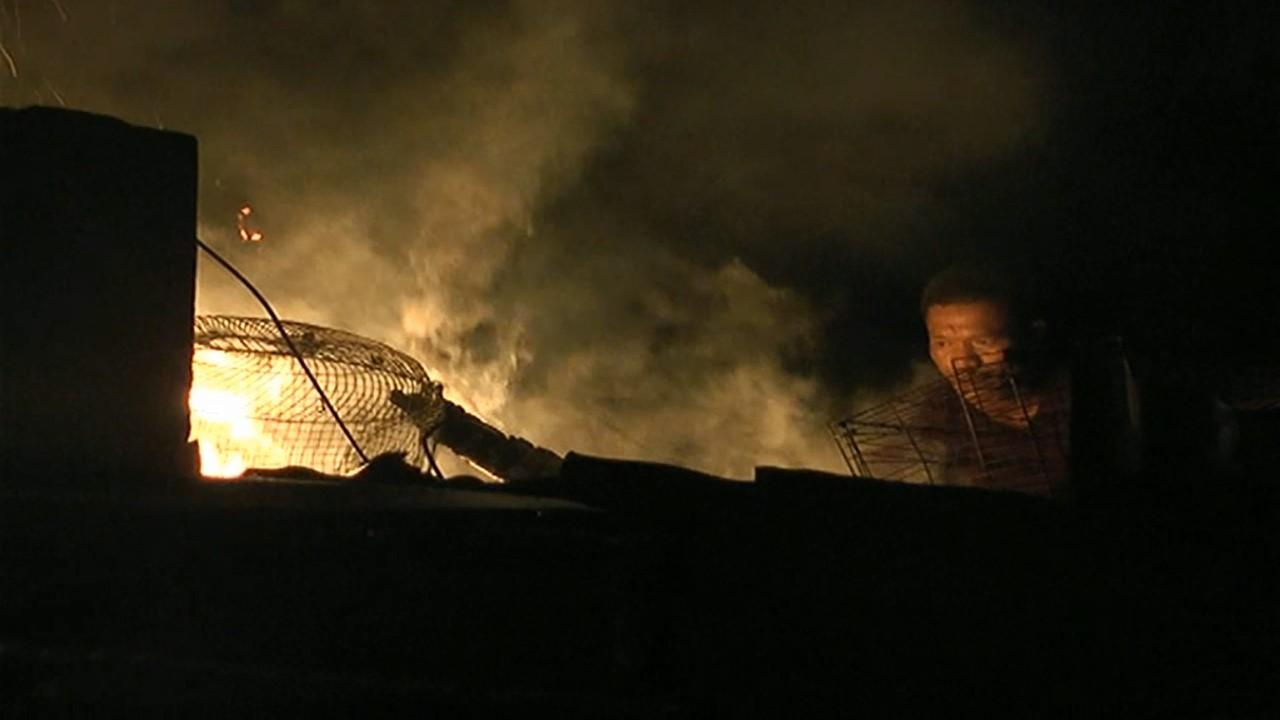 Warga berusaha memadamkan api yang menjalar pada lantai atap rumah milik pensiunan di Jalan Apel 9, No 312, RW 015, Kelurahan Kuranji, Kecamatan Kuranji, Kota Padang, Sumatera Barat (Sumbar), Senin (18/6/2018). Photo : Ihsan.