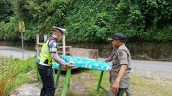 Polisi lalu lintas bersama Sat Pol PP Kabupaten Limapuluh Kota, Sumatera Barat, bahu membahu memindahkan peralatan dagang PKL di Jembatan Layang Kelok 9 (Sembilan). Photo : tanharimage.