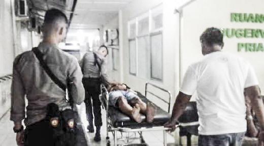 Pelaku saat digiring ke RS Bhayangkara Polda Sumbar untuk mendapat perawatan intensif usai mendapatkan timah panas dari anggota Polsek Koto Tangah, Kota Padang, Sumatera Barat (Sumbar). Photo : Putri Capitra