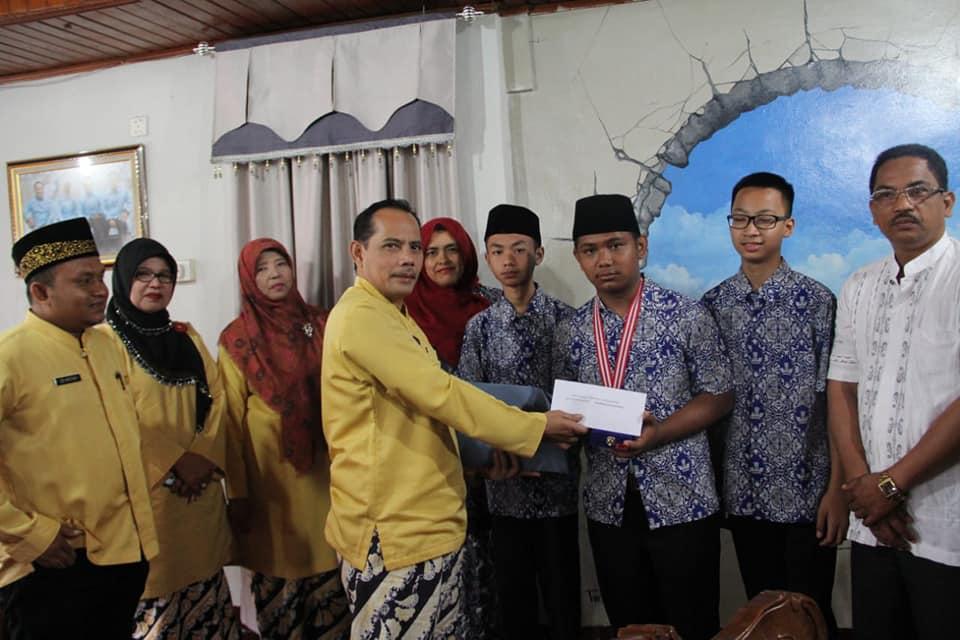 Wakil Walikota Solok Reinier memberikan Reward (penghargaan) bagi tiga siswa berprestasi SMP 1 Kota Solok atas capaiannya di rumah dinas Wakil Walikota Solok, Kamis (19/7/2018).