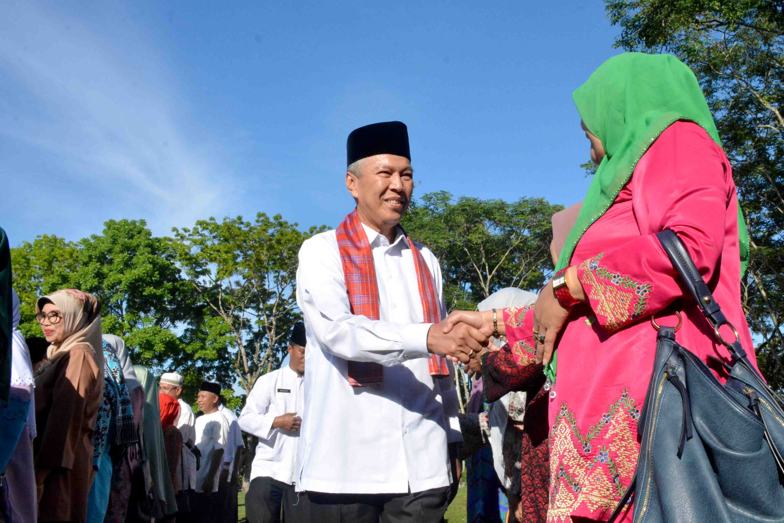 Bupati Tanah Datar, Sumbar Irdinansyah Tarmizi menyalami ASN, usai apel Jumat (13/7/2018).