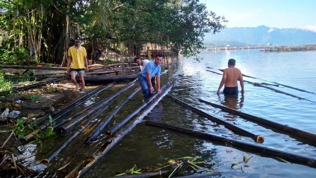 Camat Tanjung Raya Hendria Asmi bersama masyarakat Sungai Batang saat menggeluarkan bangkai KJA dari Danau Maninjau