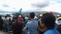 Masyarakat saat mengantarkan jenazah Hengki dari Papua ke Pesisir Selatan untuk dimakamkan di kampung halaman, Selasa (3/7/2018). Photo : Rafiq