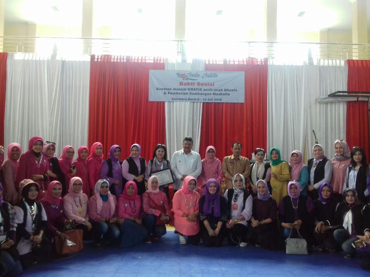 Bakti Sosial Khitanan Massal di Kota Solok yang digelar oleh organisasi Indo Jalito di Gor Tanjung Paku, Kota Solok, Senin 9 Juli 2018. Foto : Fernandez