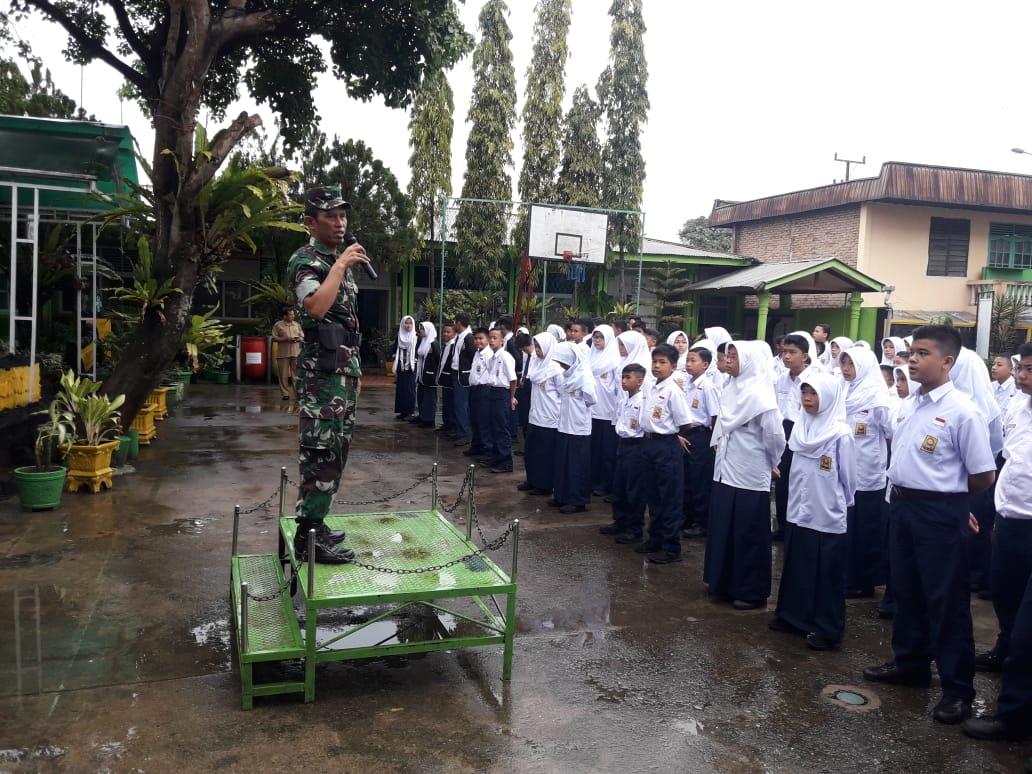 Wadan Ramil 04/Lubeg Kodim 0312/Padang Kapten Inf Asrul saat memberikan arahan kepada ratusan peserta didik di SMPN 11 Kota Padang, Sumatera Barat, Selasa (10/7/2018)