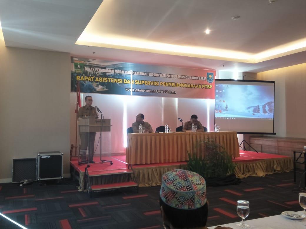 Wakil Gubenur Sumbar Nasrul Abit saat menyampaikan kata sambutan pada Rapat Asistensi dari supervisi penyelenggaraan PTSP di Hotel Grand Zuri, Senin (16/7/2018). Putri Caprita