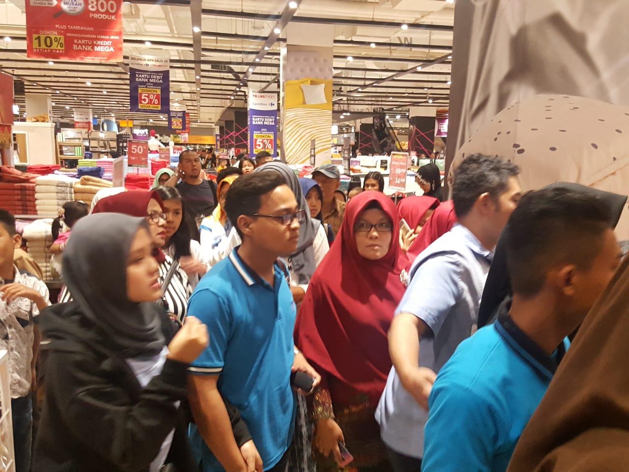 Pengunjung berhamburan dari salah satu pusat perbelanjaan di Padang ketika Gempa mengguncang Padang, Minggu (21/7/2018).