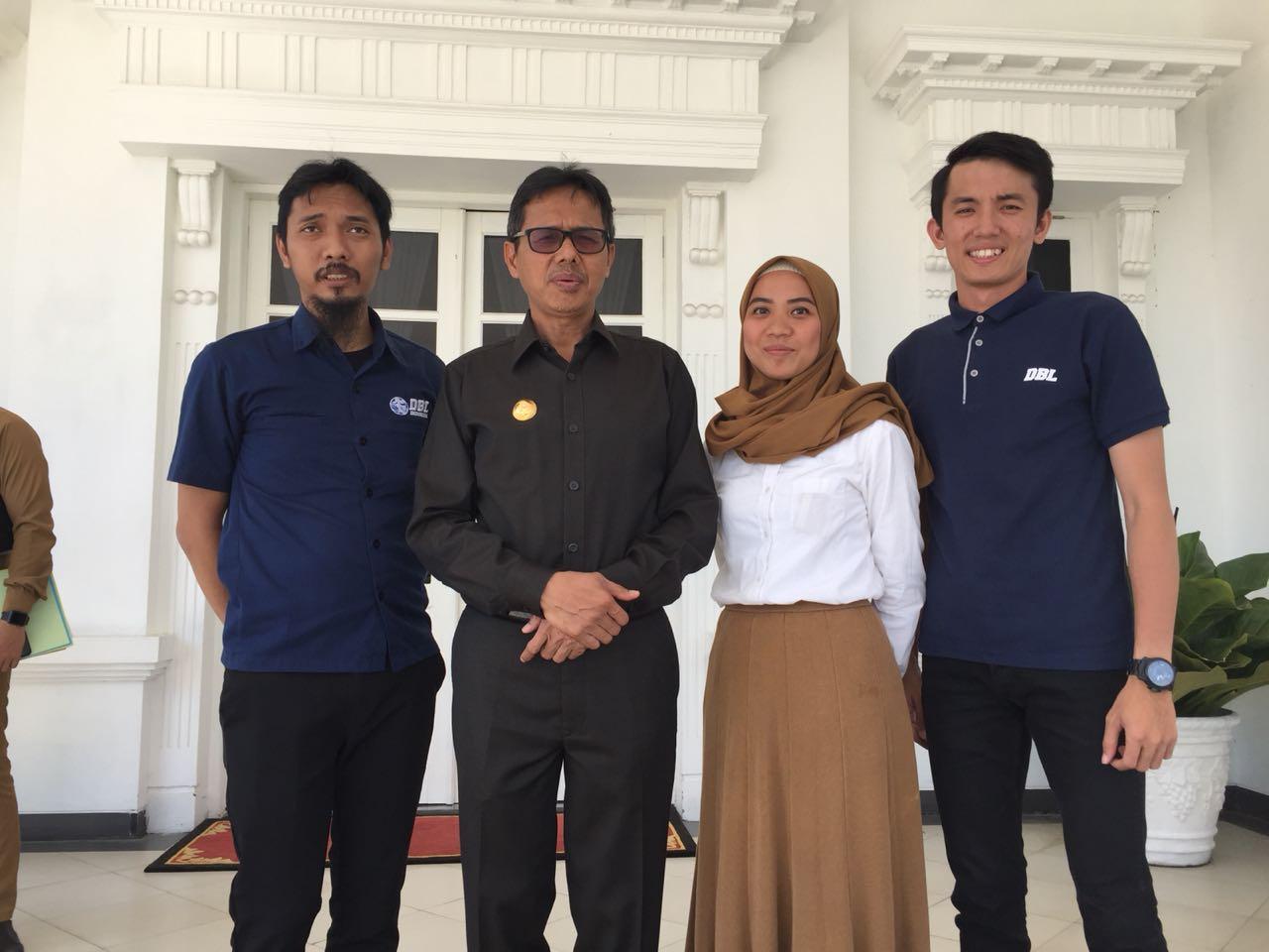 Tim PT DBL Indonesia bersama Gubernur Sumbar Irwan Prayitno.