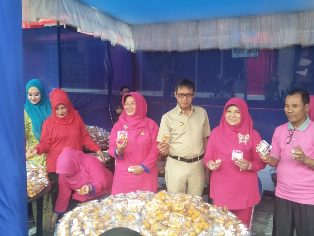Gubernur Sumbar Irwan Prayitno dan istri memamerkan sala layak.