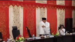 Emzalmi memberi ucapan selamat dan memeluk Mahyeldi pada rapat pimpinan OPD Pemko Padang. Foto : Istimewa