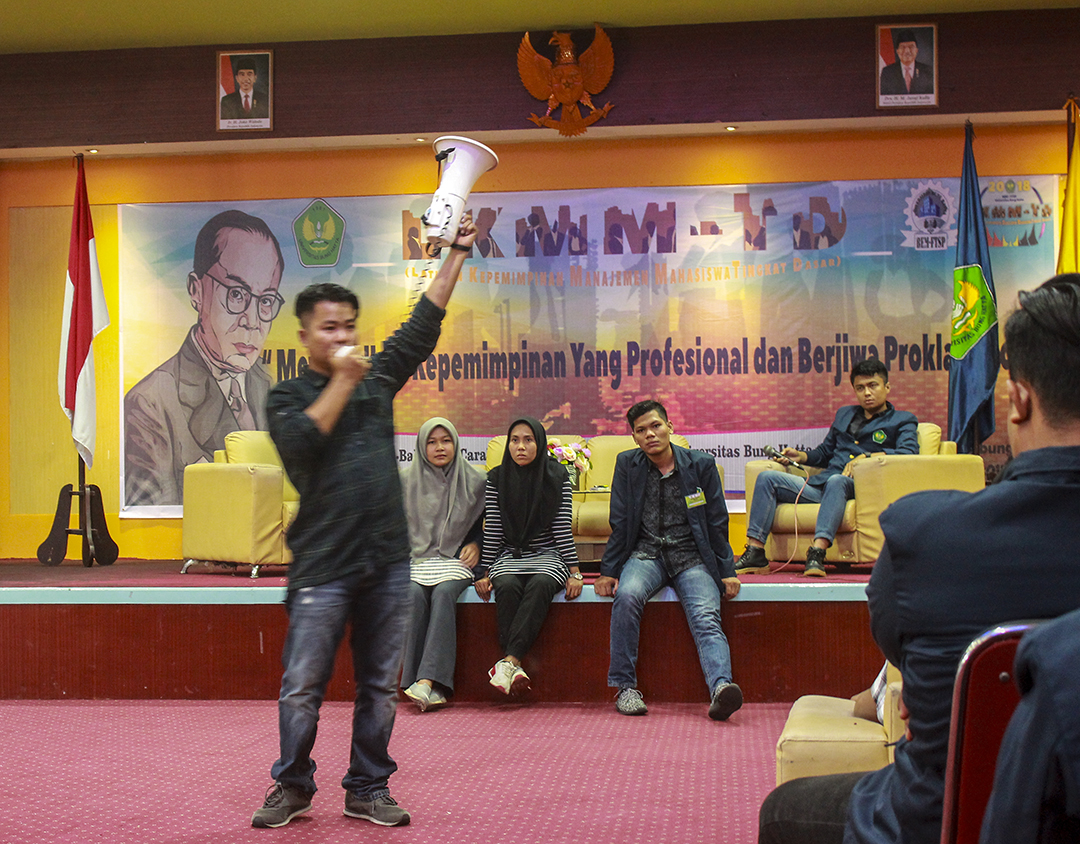 Pemateri teknik orasi dan pidato, Putra Tanhar mengisi agenda Latihan Kepemimpinan Manajemen Mahasiswa Tingkat Dasar (LKMM-TD) 2018, yang digelar oleh Badan Eksekutif Masyarakat Mahasiswa Fakultas Teknik Sipil dan Perencanaan (BEMM-FTSP) Universitas Bung Hatta (UBH), Kota Padang, Sumatera Barat (Sumbar), Minggu (1/7/2018).