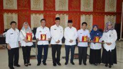 Mahyeldi-Emzalmi berfoto bersama penerima penghargaan SKPD Terbaik TLHP Pemko Padang. Foto : Humas Pemko Padang