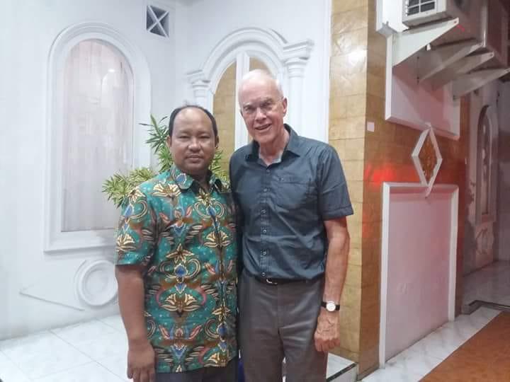 Pakar Universitas Negeri Padang (UNP), Rusnardi, Ph, D. Eng (kiri) saat berfoto bersama dengan Prof Andrew dari University Wellington. Foto : Dok Facebook