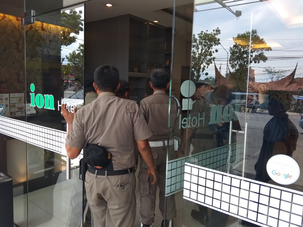Petugas Satpol PP Sumbar ketika menggerebek oknum dosen berduaan dengan oknum ASN di salah satu hotel di Padang. Foto : Istimewa