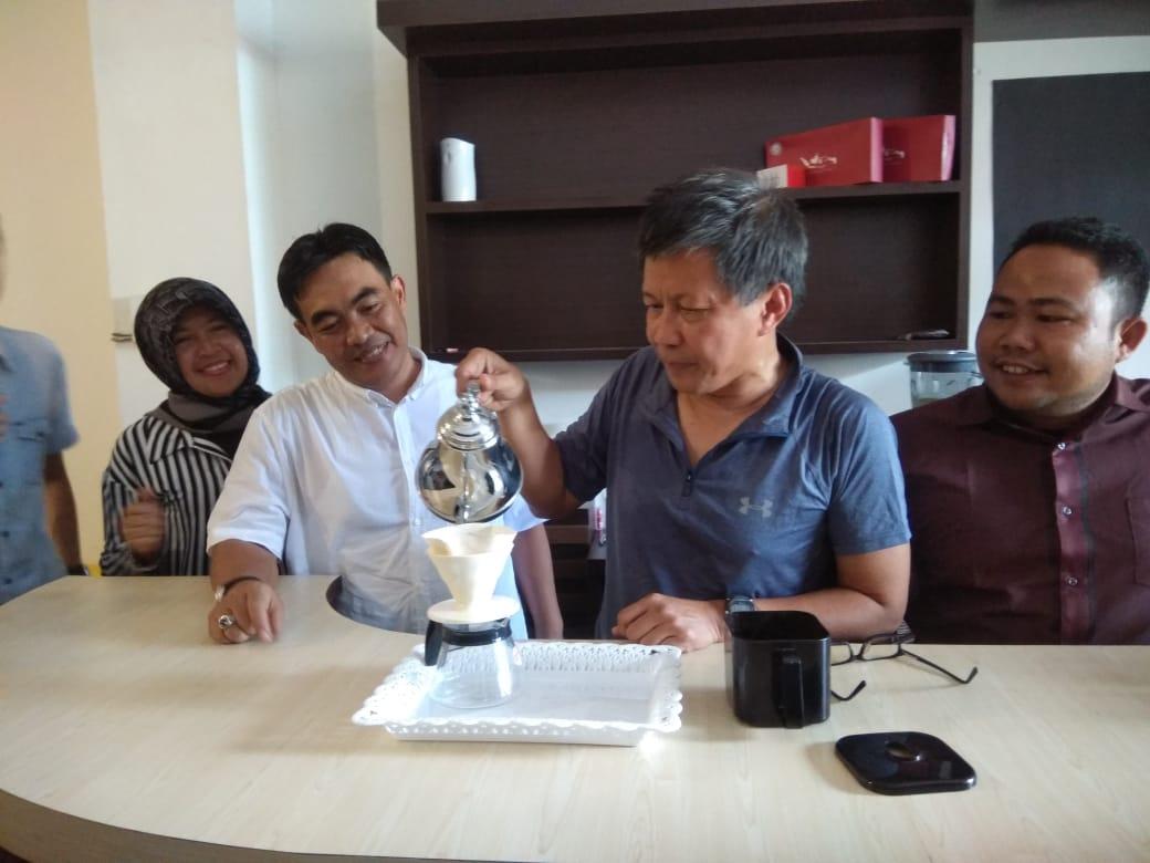 Rocky Gerung bersama Zuhrizul Chaniago saat menyeduh kopi pertama di Star Up Cafe,Ulak Karang. Foto : Hijrah Adi Sukrial