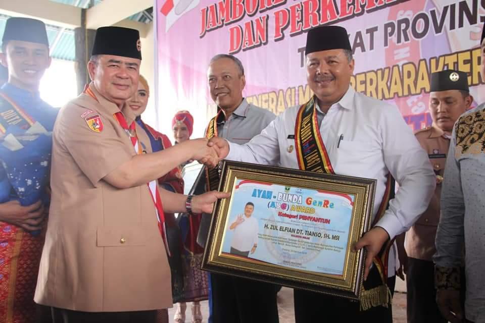 Walikota Solok Zul Elfian menerima Anugerah Ayah-BUnda GenRE (ABG) yang diserahkan langsung oleh Wakil Gubernur Sumatera Barat Nasrul Abit di Camping Ground Kandih, Sawahlunto, Kamis 30 Agustus 2018. Foto : Fernandez