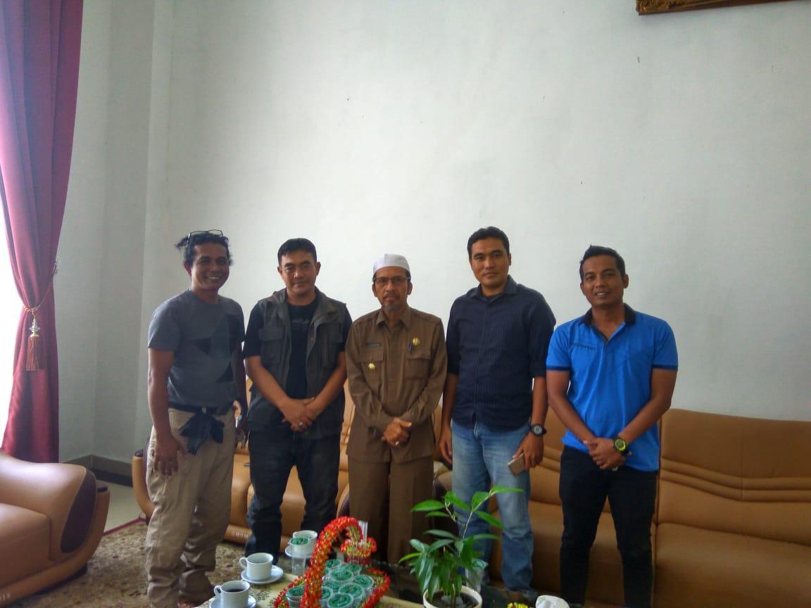 Bupati Pasbar Syahiran berfoto bersama pegiat wisata yang dimotori M Zuhrizul usai diskusi tentang geopark.