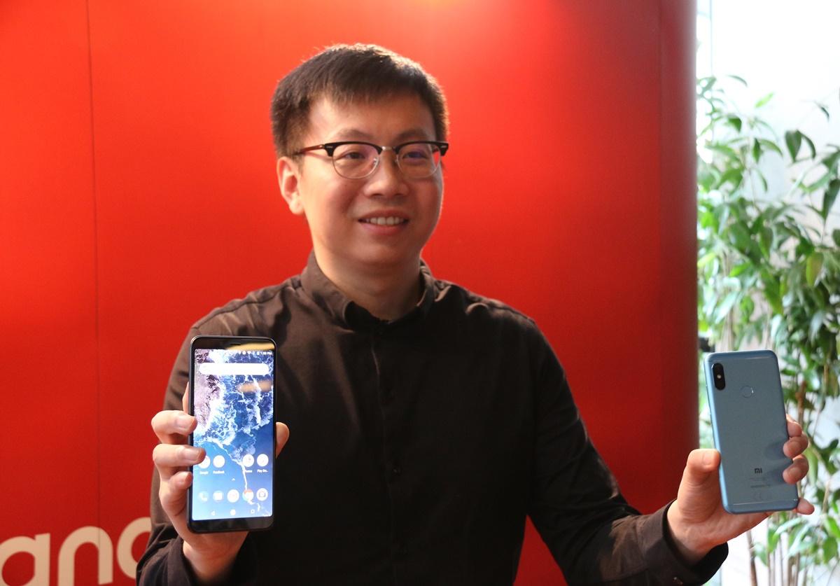 Steven Shi, Head of Xiaomi South Pacific Region, Xiaomi Indonesia Country Manager, memperlihatkan perangkat Android One generasi terbaru dari Xiaomi, Mi A2 dan Mi A2 Lite, pada acara peluncurannya di Indonesia, Kamis 20 September 2018. Foto : Istimewa